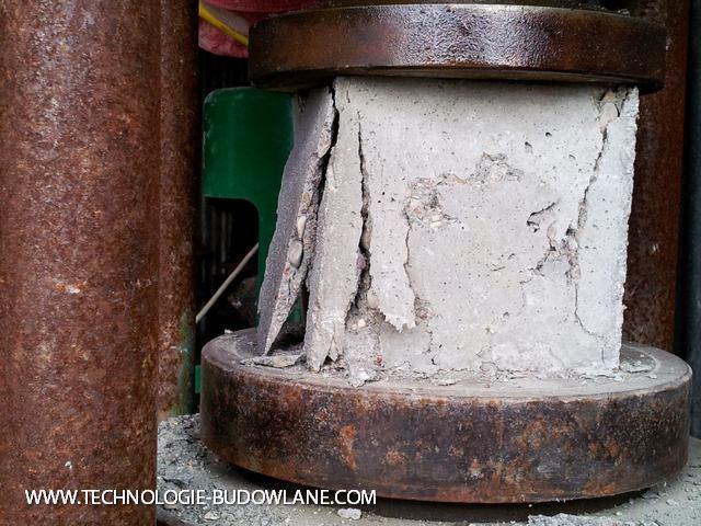 zniszczenie betonu pod prasą pomiarową
